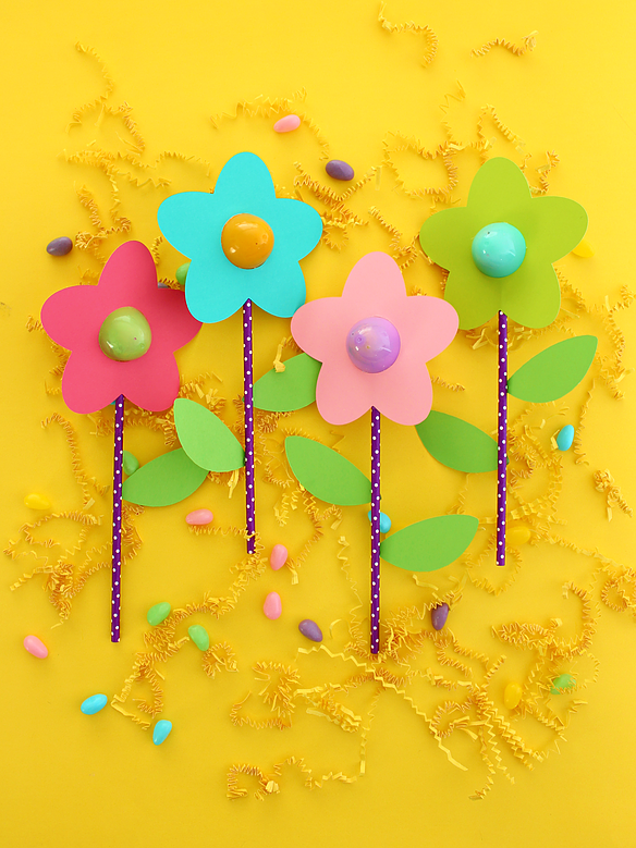 DIY Candy Flower Treats for Easter (with template) by White House Crafts.